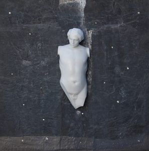 SOTTO ALLA TUA PELLE, 2017, marmo statuario di Carrara, piombo e stagno, cm 100x100cm