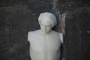 SOTTO ALLA TUA PELLE, 2017, marmo statuario di Carrara, piombo e stagno, cm 100x100cm, (dettaglio)